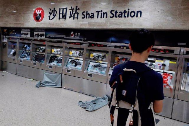 Máquinas de billetes dañadas en una estación tras las protestas en Hong Kong