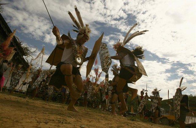 Indígenas dayak de Indonesia durante un baile ritual.