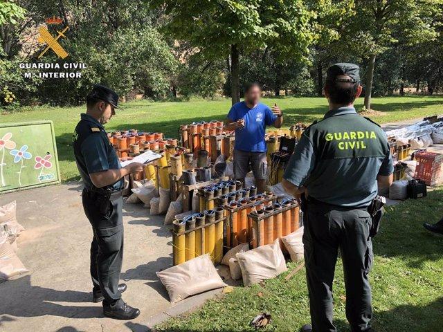 Agentes de la Guardia Civil inspeccionan a las empresas de fuegos artificiales de San Mateo para garantizar que se cumplen todas las medidas de seguridad.