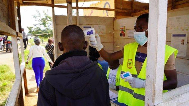 Foto de archivo de una campaña de detección de ébola en RDC