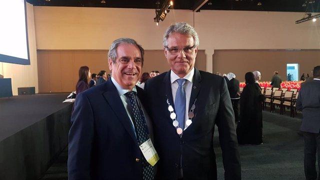 El presidente de la Federación Internacional Farmacéutica (FIP), Dominique Jordan, junto al presidente del Consejo General de Farmacéuticos de España, Jesús Aguilar.