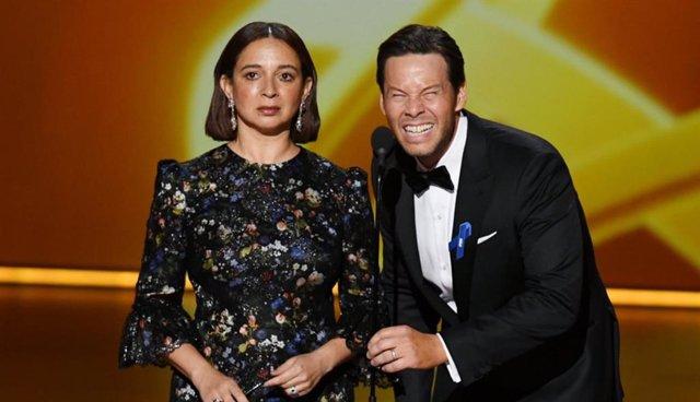 Maya Rudolph y Ike Barinholtz durante la 71ª gala de los premios Emmy