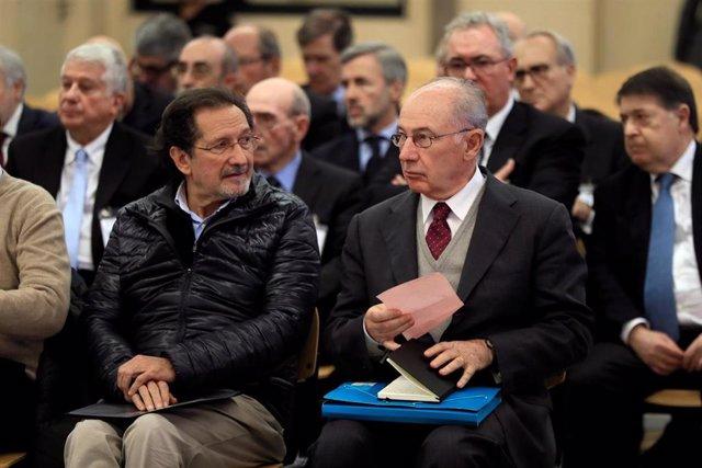 El expresidente de Bankia Rodrigo Rato (derecha) junto al exconsejero de Caja Madrid José Antonio Moral Santín (al lado de Rato a la izquierda de la imagen), durante la primera sesión del juicio por la salida a Bolsa de la entidad en 2011 que se celebra e