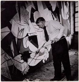 Pablo Picasso trabajando en el 'Guernica'.