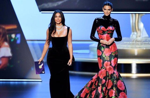 Kim Kardashian y Kendall Jenner en la gala de los Emmy 2019