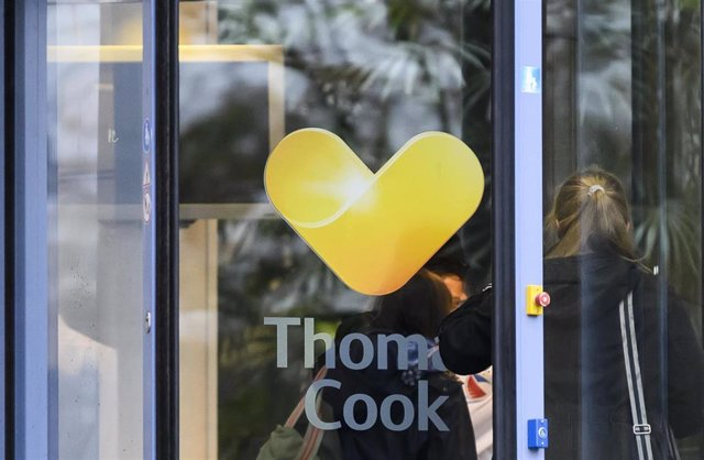 23 September 2019, Hessen, Oberursel: A woman goes to the headquarters of the German branch of the British travel group Thomas Cook. Thomas Cook, one of Britain's biggest travel firms, filed for liquidation early Monday, ceasing all trading with immedia