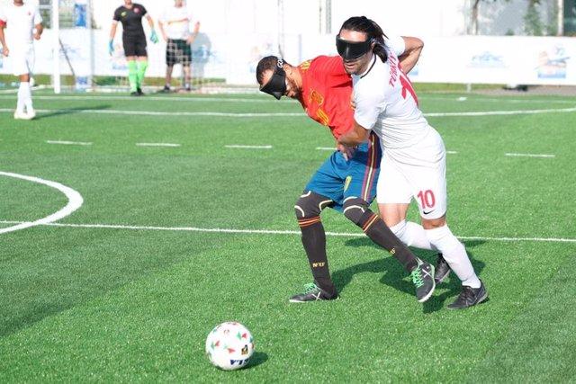 Youssef el Haddaoui pelea una pelota con un jugador turco en el España-Turquía del Europeo de fútbol para ciegos