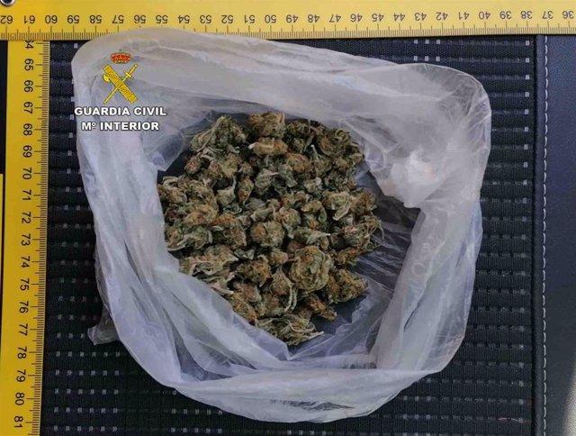 Bolsa llena de marihuana