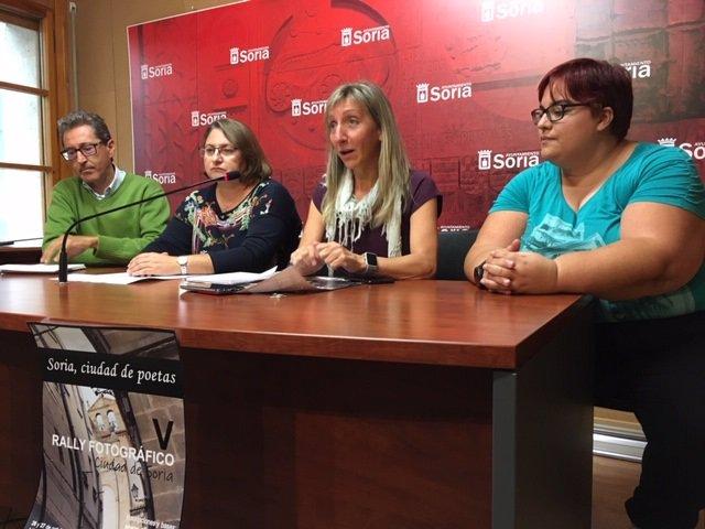 Presentación del V Rally Fotográfico con la concejal Yolanda Santos y tres miembros de Afomic.
