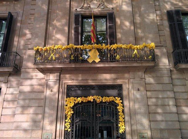 Fachada de la sede de la Conselleria de Cultura de la Generalitat, con lazos amarillos