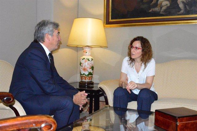 Reunión de la secretaria general de CCOO-A, Nuria López, y el delegado del Gobierno en Andalucía, Lucrecio Fernández.
