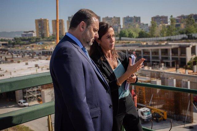 El ministro de Fomento en funciones, José Luis Ábalos y la presidenta de Adif, Isabel Pardo, durante su reciente visita a las obras de la futura estación ferroviaria de La Sagrera, en Barcelona (España).