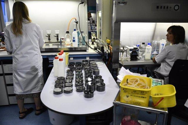 Investigadoras trabajan en el Laboratorio Regional de Salud Pública de la Comunidad de Madrid