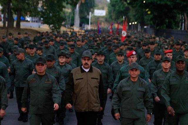 Nicolás Maduro acompañado por Vladimir Padrino y soldados en una marcha
