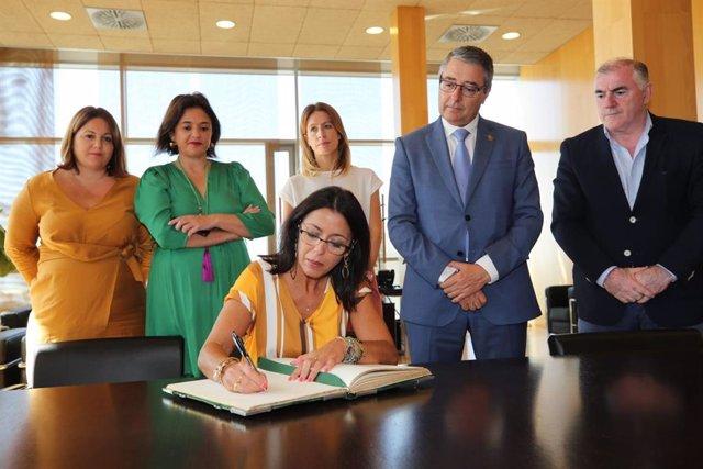 La presidenta del Parlamento de Andalucía, Marta Bosquet, visita la sede de la Diputación de Málaga y firma en el Libro de Honor del organismo provincial