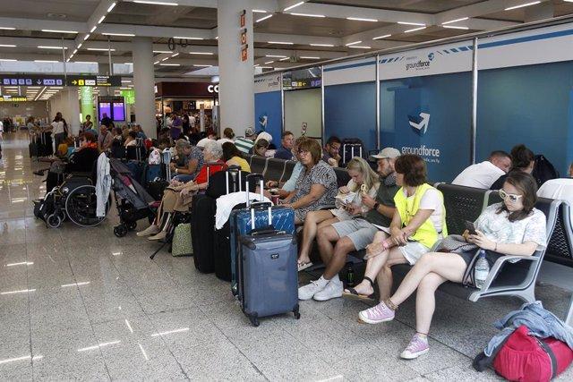 Turistes esperen a l'aeroport de Palma de Mallorca després de la fallida de Thomas Cook.