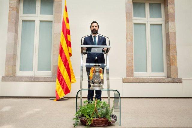 El presidente del Parlament catalán, Roger Torrent, interviene en el acto de llegada de la Flama del Canigó a la institución.