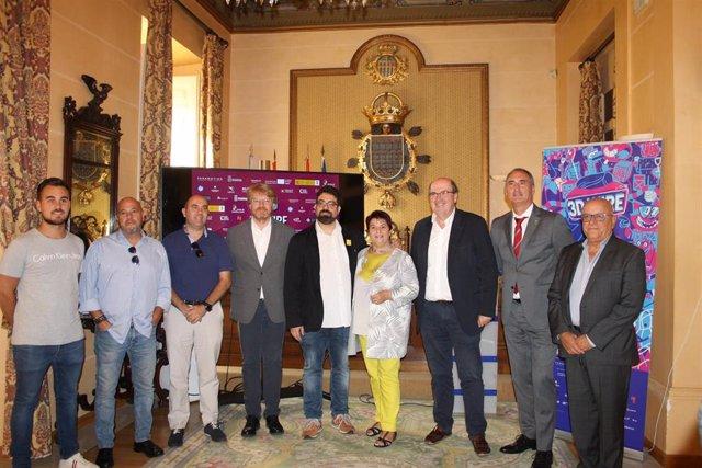 La alcaldesa, Clara Luquero, en el centro, en la presentación de 3D Wire, acompañada a su izquierda por el director de Políticas Culturales de la Junta, José Ramón González y a su derecha el director del Mercado, José Luis Farias.