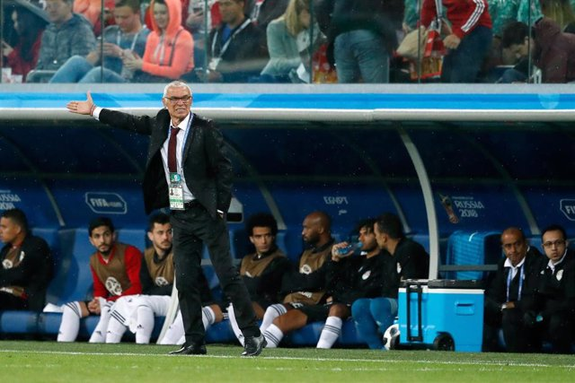 Saint Petersburg, 19-06-2018 , World Cup 2018 , Saint Petersburg Stadium. Egypt-coach Hector Cuper giving instructions from the sideline during the match Russia - Egypt (3-1)