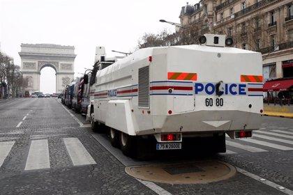 """Anne Hidalgo denuncia que es """"difícil manifestarse"""" en París y señala al prefecto de la Policía"""