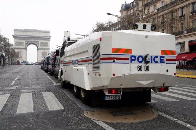 Camión con cañón de agua de la Policía en París durante una manifestación de los 'chalecos amarillos'