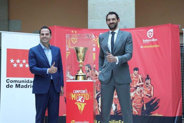 El vicepresidente de la Comunidad de Madrid, Ignacio Aguado (i), y el presidente de la Federación Española de Fútbol, Jorge Garbajosa (d) junto a la Copa del Mundo de balonceso ganada por la Selección Española en el Mundial de China, en la Real Casa de Co