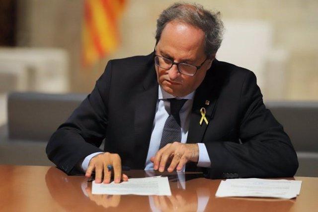 El presidente de la Generalitat, Quim Torra, recibe el requerimiento del TSJC para retirar la pancarta con lazo del Palau de la Generalitat