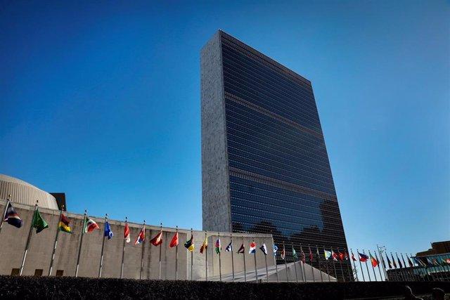 Banderas frente a al edificio sede de la ONU en Nueva York