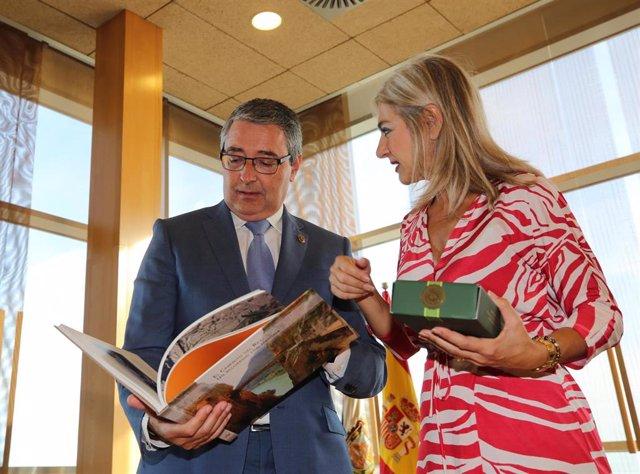 El presidente de la Diputación de Málaga, Francisco Salado, y la consejera de Cultura, Patricia del Pozo