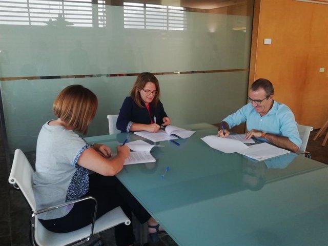 El conseller de Transición Energética y Sectores Productivos, Juan Pedro Yllanes; la presidenta del Consell de Menorca, Susana Mora; firman un convenio para que Menorca tenga una Oficina de Impulso de la Estrategia Menorca 2030