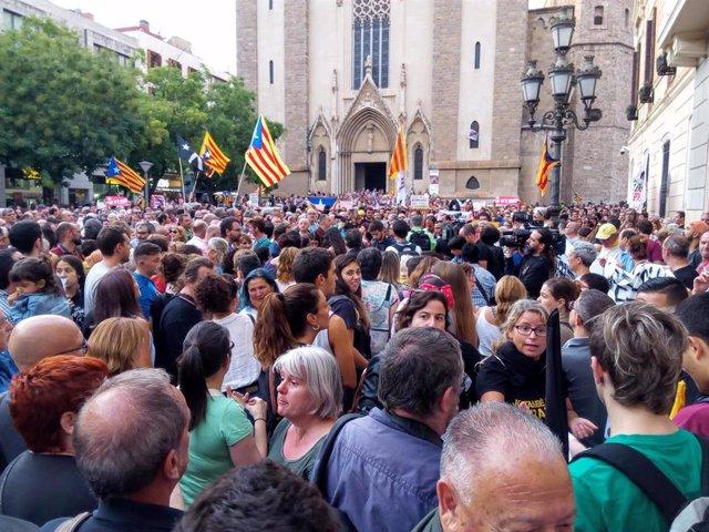 La concentración a las puertas del Ayuntamiento de Sabadel