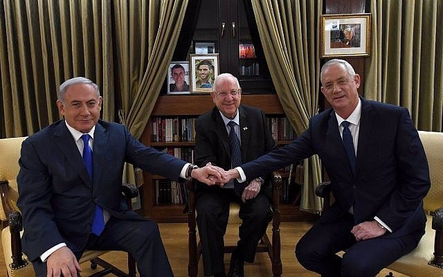 Benny Gantz y Benjamin Netanyahu se estrechan las manos en la residencia oficial del presidente israelí, Reuven Rivlin