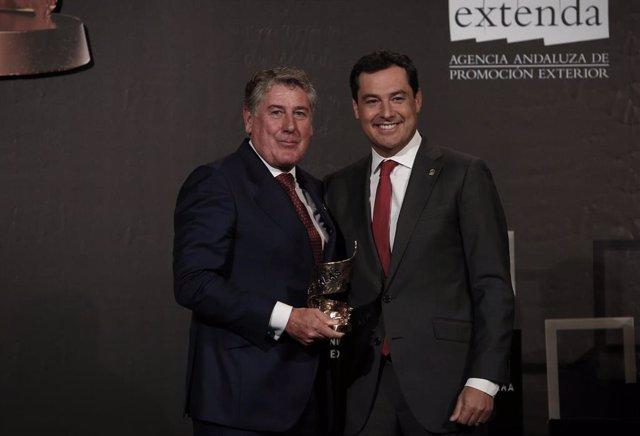 XIV Edición Premios Alas a la Internacionalización de la Empresa Andaluza. El presidente de la Junta de Andalucía, Juanma Moreno entrega el premio a la trayectoria internacional a la empresa Migasa.