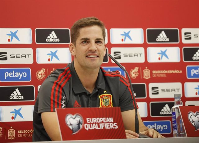 El seleccionador de la Selección de fútbol de España, Robert Moreno González, da declaraciones en una rueda de prensa ante los medios en el estado de El Molinón (Gijón).
