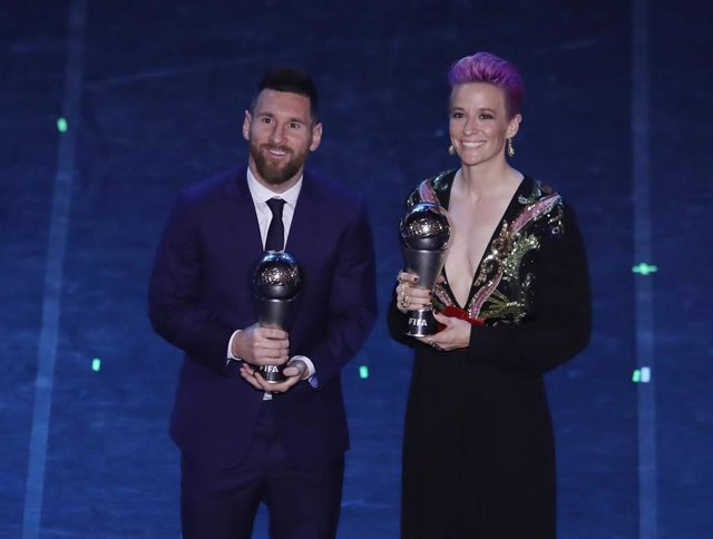 23 September 2019, Italy, Milan: Argentinian player Lionel Messi (L) poses with US Megan Rapinoe after receiving the Best FIFA Men's, Women's player award during the FIFA Best Football Awards 2019 ceremony at Teatro La Scala. Photo: Jonathan Moscrop/CSM v