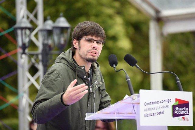 Lander Martínez, secretario general de Podemos Euskadi, en un acto electoral.