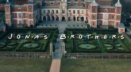 Jonas Brothers celebran los 25 años de 'Friends' imitando su icónica apertura