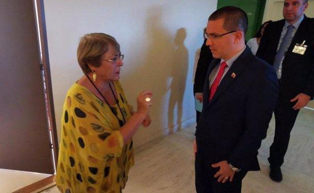 La Alta Comisionada de Derechos Humanos de la ONU, Michelle Bachelet, y el ministro de Exteriores de Venezuela, Jorge Arreaza