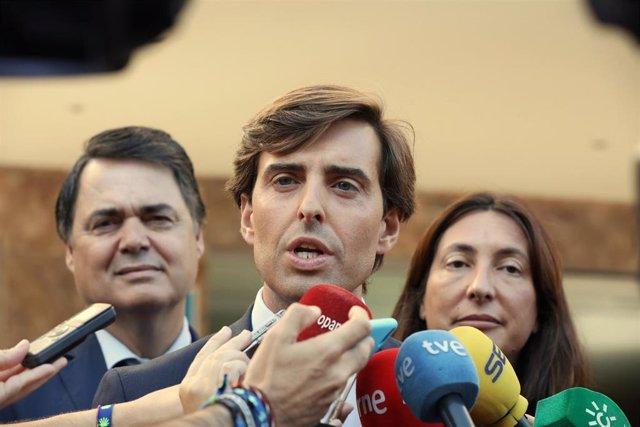 El vicesecretario de Comunicación del PP, Pablo Montesinos, este miércoles en Sevilla con Loles López y Carlos Rojas