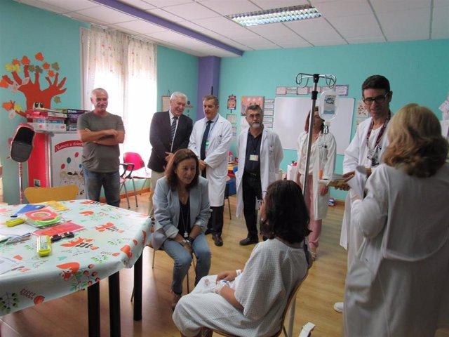 La delegada de Educación e Igualdad en Almería visita el Aula Hospitalaria del Hospital de Poniente