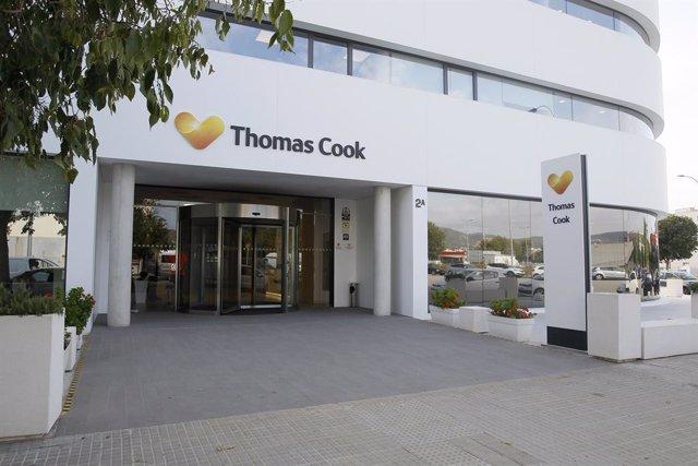 Imatge de les oficines de la companyia de viatges Thomas Cook a Palma de Mallorca (Balears), hores després que l'empresa britànica anunciés la seva fallida i que diversos dels seus vols fossin cancel·lats, 23 de setembre del 2019.