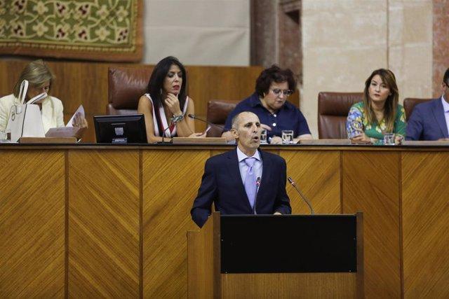 Portavoz de la iniciativa legislativa popular sobre internos, David Núñez, interviene ante el Pleno del Parlamento