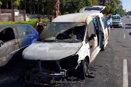 Extinguido un incendio que se originó en un taxi cuando circulaba en Sevilla con dos clientes