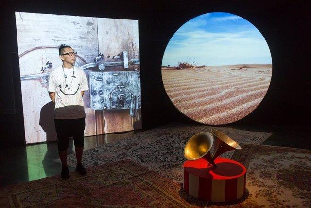 El artista japonés Hiraki Sawa junto a su obra Platter en el Museo Universidad de Navarra.