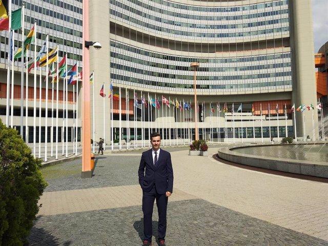 David Garciandía, ante la sede de la ONU en Viena, la capital austriaca.