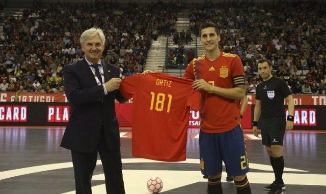 Carlos Ortiz y Venancio López con la camiseta de 181 internacionalidades, récord de España