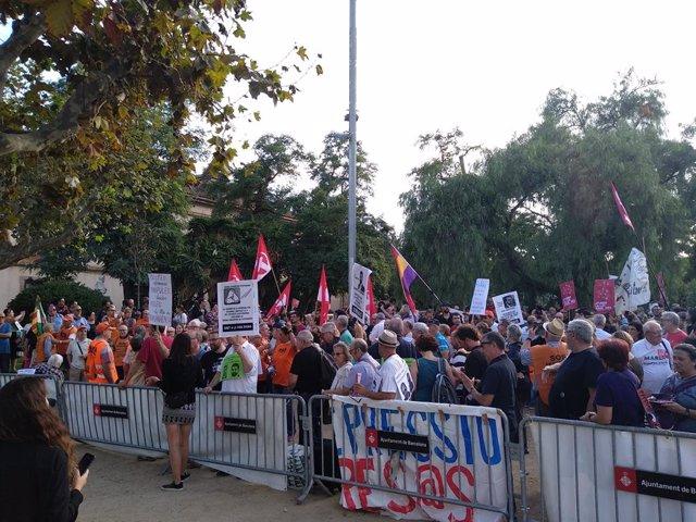 Més d'un centenar de persones s'han concentrat contra la 'Llei Aragons'.