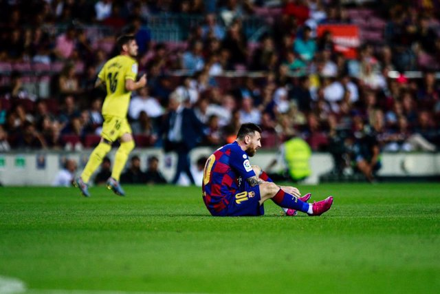 Messi, lesionado, tendido en el césped del Camp Nou