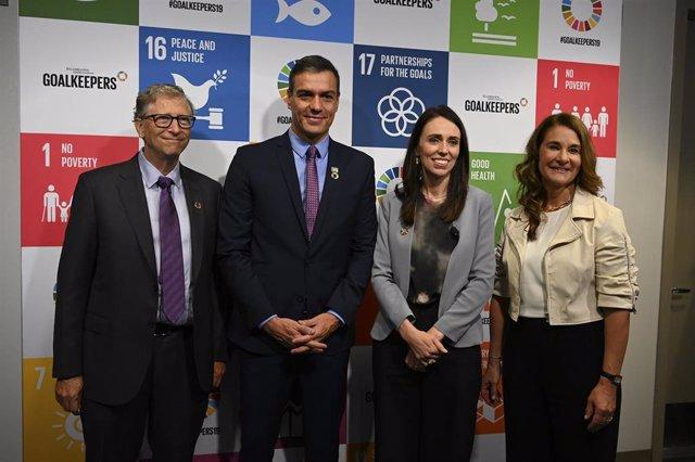El presidente del Gobierno en funciones, Pedro Sánchez (2i), la primera ministra de Nueva Zelanda, Jacinda Ardern (3i), y los anfitriones Bill (1i) y Melinda Gates (1d), antes del comienzo del acto Goalkeepers de la Fundación Gates sobre la lucha contra