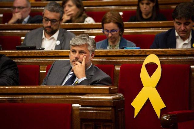 El portavoz de Junts per Catalunya en el Parlament, Albert Batet junto a un lazo amarillo, en representación de un preso político ausente durante el debate sobre política general, en el Parlament de Catalunya, en Barcelona, a 25 de septiembre de 2019.